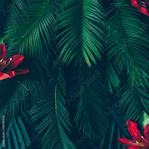 kreatywny-uklad-natury-wykonane-z-tropikalnych-lisci-i-kwiatow-plaskie-lezalo-koncepcja-lato