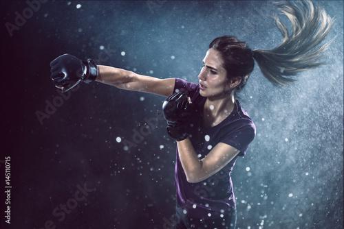 Canvas Prints Martial arts Frau trainiert Selbstverteidigung
