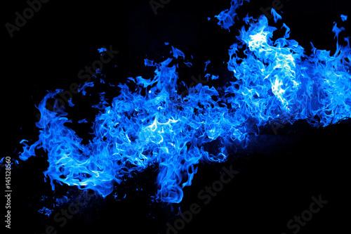 Fotografía  Fuoco fiamme blu isolato su sfondo nero