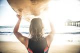 Kobieta surfująca - 145129302