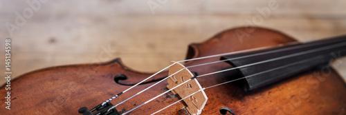 Panorama mit einer Geige auf Holzhintergrund - 145134598