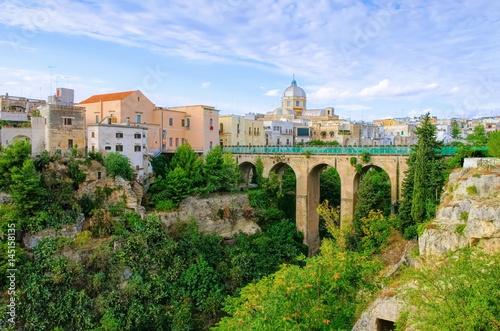 Valokuva  Massafra in Apulien,  Gravina Principale Canyon in der Stadt - Gravina Principal