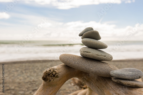 Photo sur Plexiglas Zen pierres a sable Balance mit Steinen am Meer