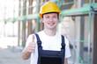 Handwerker sympathisch lächelnd auf einer Baustelle