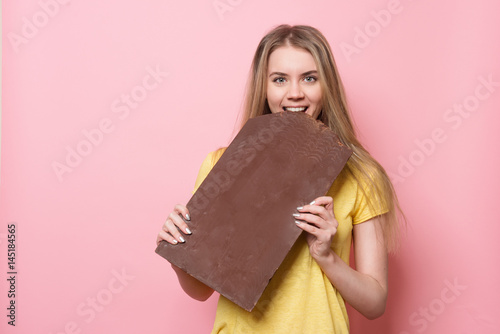 Fotografía  Woman with chocolate smiling
