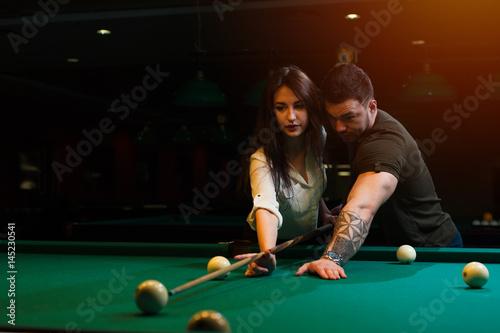 Plakat Romantyczna para gra w bilard w ciemności lub