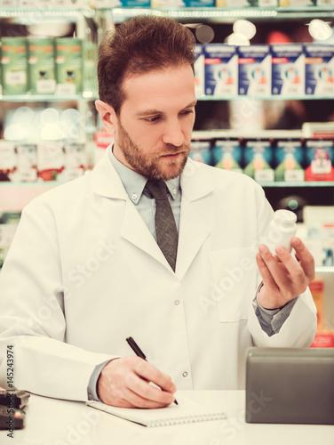 In de dag Apotheek Handsome pharmacist at work
