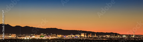 Photo Colorful sunset over Las Vegas, NV cityscape with city lights