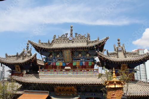 In de dag China Chinese Temple Architecture with Flowers in Qinghai China Asia