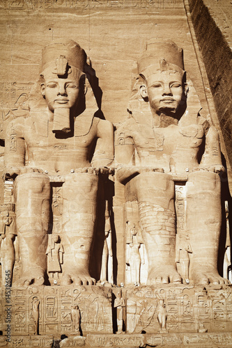In de dag Egypte The Abu Simbel temple. View of the statues represent Ramesses II and his wife Nefertari. Edited as a vintage photo with dark edges.