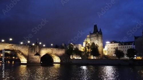 Obraz na plátne Vista del ponte Carlo a Praga da una barca sulla Moldava, Repubblica Ceca