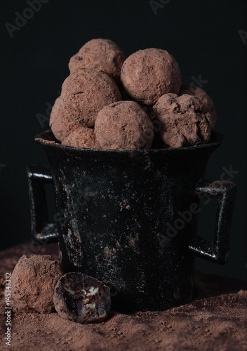 Papiers peints Dessert Homemade chocolate truffles in old-fashioned dish on dark background