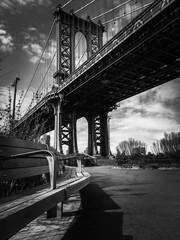 Manhattan bridge i parkowa ławka w czerni i bieli