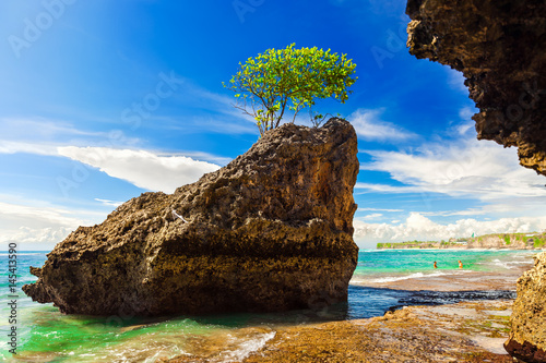 Photo  Tropical Bingin beach bali on background hotel in traditional balinese style, bungalow, mountains, beautiful cloudy sky and azure sea ocean water on horizon