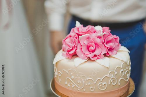 Zdjęcie XXL Trzy warstwowe ciasto z różowymi kwiatami 7829.