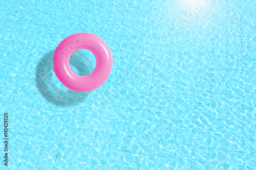 Fotografia pink swimming pool ring float in blue water