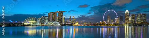 Montage in der Fensternische Singapur Singapur Skyline zur blauen Stunde