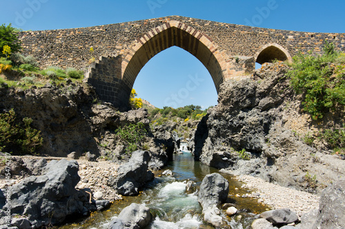 Photo Medieval bridge of Adrano, Sicily, of arabic origin and saracen