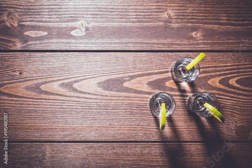 Zdjęcie XXL Strzelający szkła ajerówka na drewnianym stole
