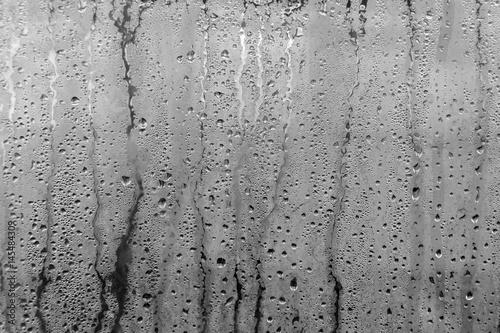 Obraz premium Mokre zaparowane szkło z kroplami wody i rosy