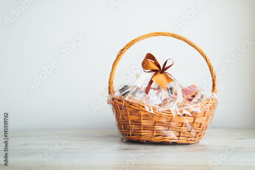 Fotografija gift basket on grey background