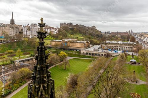 Spoed Foto op Canvas Wit Scott monument in Edinburgh in spring