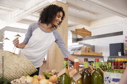 Plakat Kobieta zakupy dla produktów ekologicznych w delikatesach