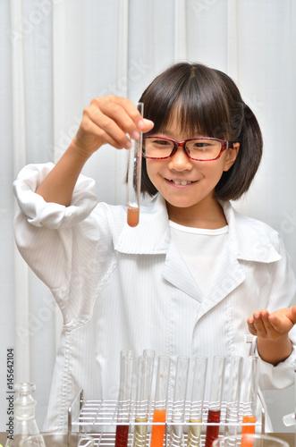 Fotografia  理科の実験をする女の子