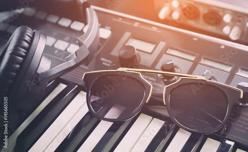 La pose en embrasure Magasin de musique Electro Fashion sunglasses in dance music studio
