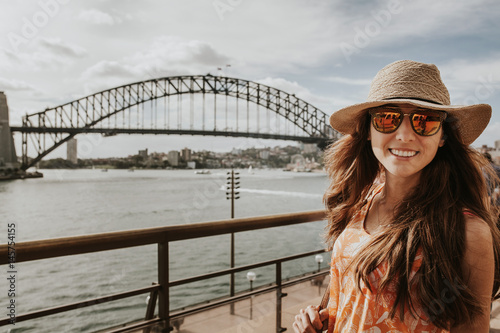 Staande foto Sydney Happy girl in front of Sydney Harbour Bridge, Australia.