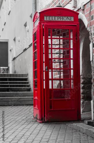 Papiers peints Rouge, noir, blanc Red telephone box in Vilnius