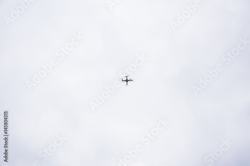 Платно white droid flying with a cloudy background