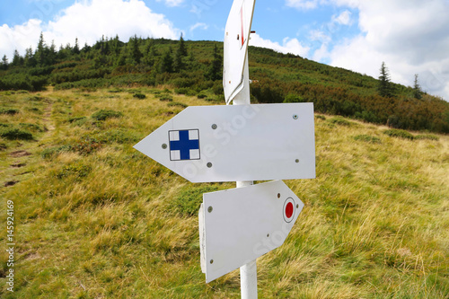 Poster Nieuw Zeeland Mountain trail markings, empty sign-boards with mountain vegetation background
