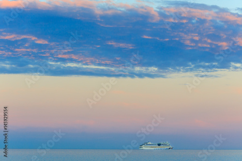 Photo  Beautiful seascape with vessel and sunset