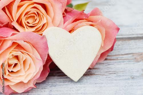 Plakat róże z białym sercem na drewnie