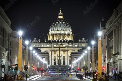 Zdjęcie XXL Widok iluminująca święty Peter bazylika, ulica Przez della Conciliazione i światło wlec samochody w Rzym, Włochy