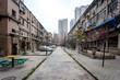 Une allée entre deux vieux immeubles de la ville de Xi'an et des buildings modernes en fond