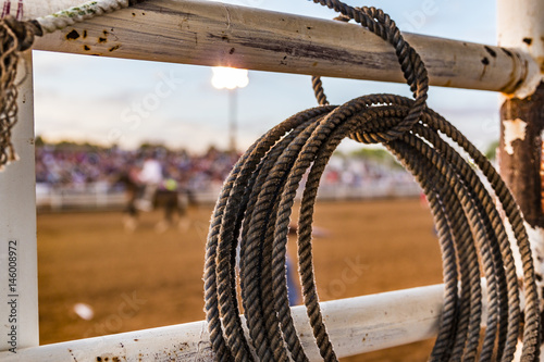 Fotografía  Rope tied to a fence at a rodeo