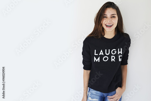 Fotografía  Laughing brunette in slogan sweatshirt, portrait