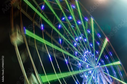 Zdjęcie XXL Karnawałowa przejażdżka pokazuje wirującego ferris toczy wewnątrz akcję