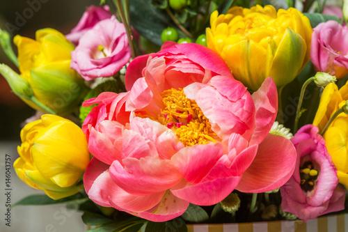 rozowa-piwonia-w-obecnosci-zoltych-kwiatow