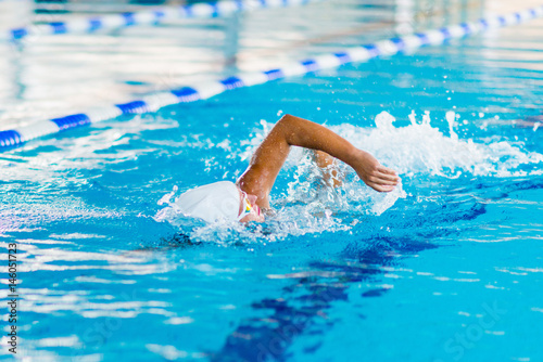 Fotografía  Female swimmer on training in the swimming pool