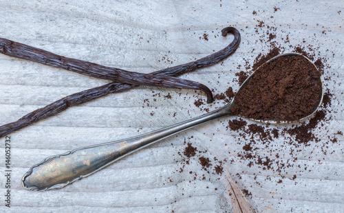 Fotografía Vanille und Vanilleschoten auf einem Löffel macro