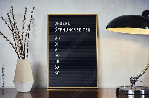 Fotografie, Obraz  Retro Letterboard Öffnungszeiten