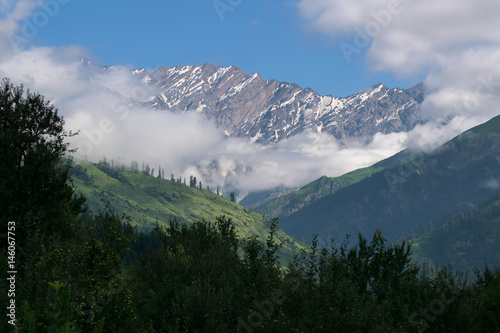 Tuinposter Alpen Beautiful snow capped mountains view around old manali