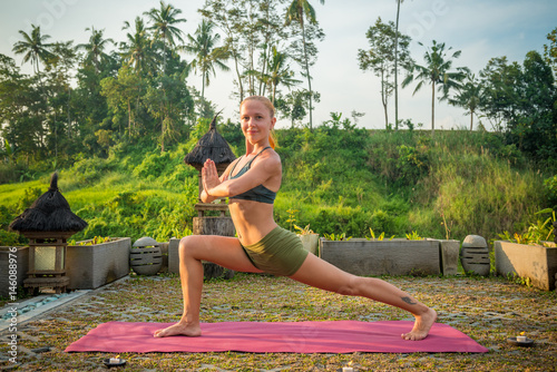 Photo Young woman yoga stretching