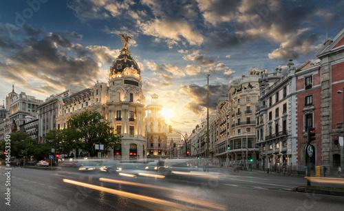 Tuinposter Madrid Die Einkaufsstraße Gran Via in Madrid, Spanien, bei Sonnenuntergang