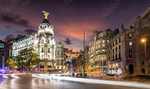 In de dag Madrid Madrid am Abend: Die beleuchtete Einkaufsstraße Gran Via mit Verkehr