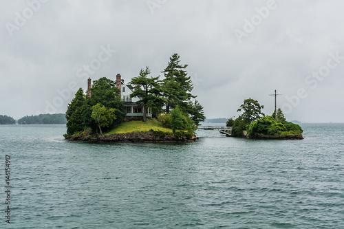 Fotografía  House on one of 1000 Islands. USA - Canada. Rainy day.