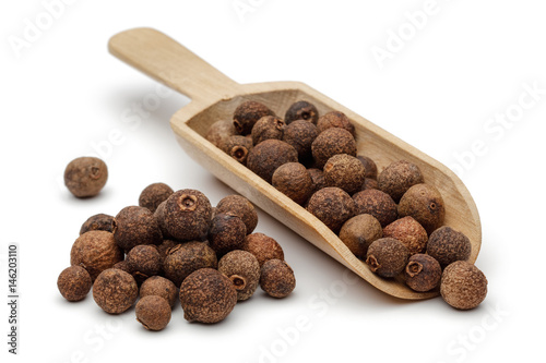 Fotografia Allspice in wooden scoop